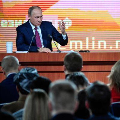Rysslands president Vladimir Putin svarar på frågor den 14 december 2017.