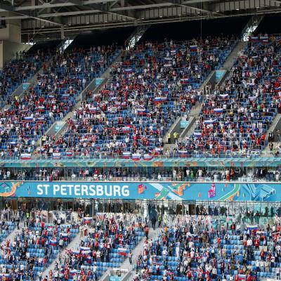 Yleisöä Venäjän ja Suomen välisessä ottelussa Pietarin jättistadionilla.