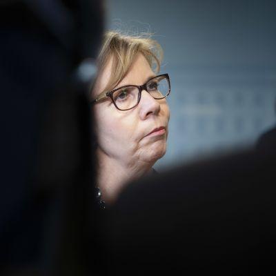 Anna-Maja Henriksson hallituksen tiedotustilaisuudessa Helsingissä.