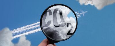 Bildcollage av ett förstoringsglas som är riktat mot kondensationsstrimmorna från ett flygplan.