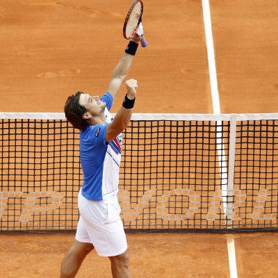 David Ferrer tog sin första seger på grus på tio år mot Rafael Nadal