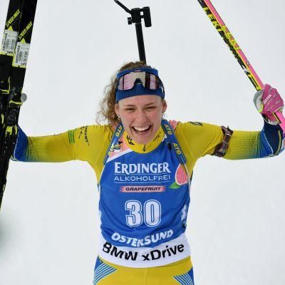 Hanna Öberg jublar i målområdet.