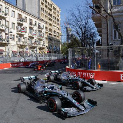 Valtteri Bottas kör mot Lewis Hamilton i Baku.