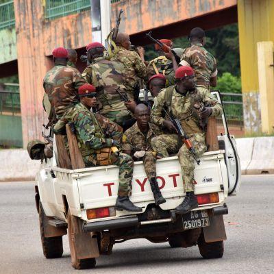 En armé i en bil på gatan i Conakry.