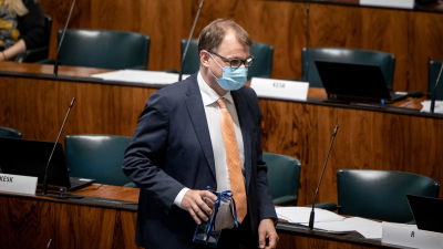 Juha Sipilä i plenisalen i riksdagen.