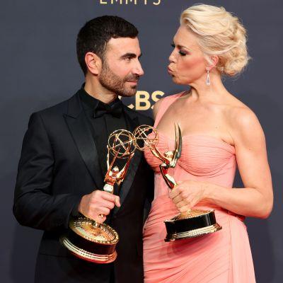 Brett Goldstein och Hannah Waddingham poserar tillsammans med sina Emmystatyetter. Brett bär en svart kostym, medan Hannah bär en rosa långklänning.