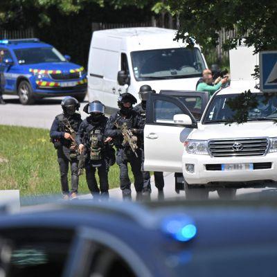 Viranomaisia aseistautuneena raskaasti Nantesissa