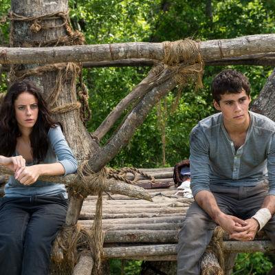 Teresa (Kaya Scodelario) och Thomas (Dylan O'Brien) i filmen The Maze Runner.