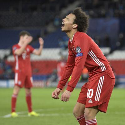 Bayern Münchens Leroy Sané visar upp sin besvikelse i returmötet mot Paris Saint-Germain.