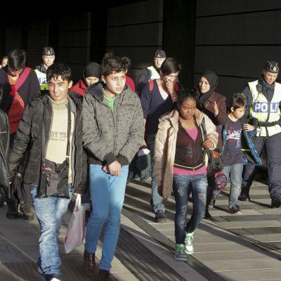 En grupp migranter stiger av Öresundståget vid Hyllie station i Malmö den 12 november 2012