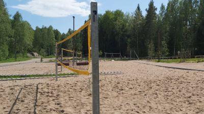 Volleybollplan med sand.