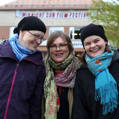 Johanna, Anna-Maija och Silja poserar framför biograf Lapinsuu i Sodankylänatten.