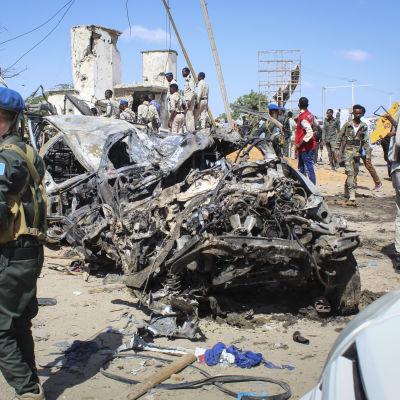 Säkerhetsstyrkor vid platsen där en bilbomb exploderade i Mogadishu, Somalia.