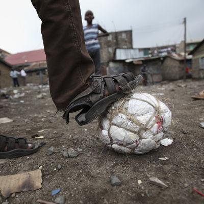 En improvisorisk fotboll tillverkad av plastpåsar.
