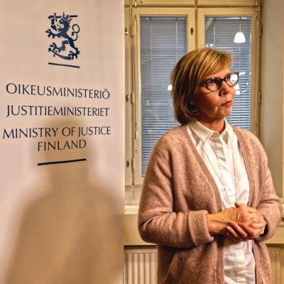 Oikeusministeri Anna-Maja Henriksson ministeriössä aiheena kuntavaalit 2021.