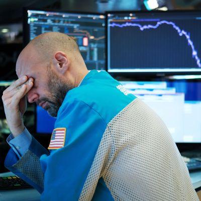 En börshandlare på handelsgolvet i New York på onsdag kväll när USA-börserna fortsatte nedåt. Vid stängning hade Dow Jones industriindex landat på minus 6,3 procent.