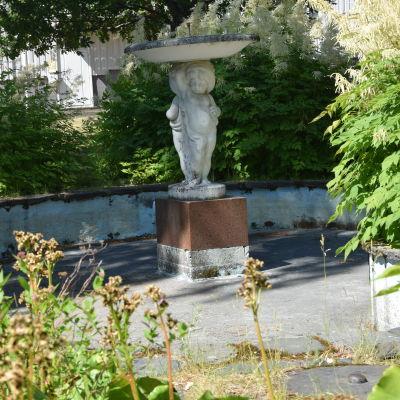 Staty i en fontän utan vatten.