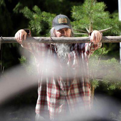 Miika Vanhapiha nojaa poikkipuuhun pihallaan Forssassa.