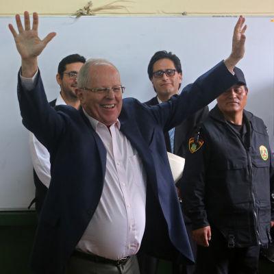 Den förre ekonomen Pedro Pablo Kuczynski leder ytterst knappt enligt preliminära resultat efter presidentvalet i Peru