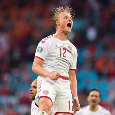 Kasper Dolberg firar mål.