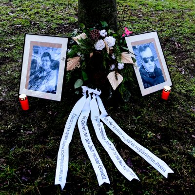 Hallen synagogaiskun uhrien muistoksi sytytettiin kynttilöitä Magdeburgin alueoikeuden edustalla 21. joulukuuta 2020.