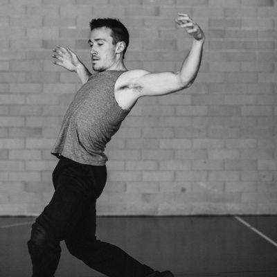 En svartvit bild på en dansande Kristian.