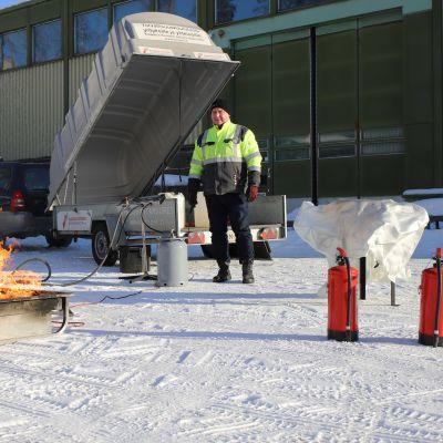Kaakkois-Suomen Pelastusalanliiton toiminnanjohtaja Veli-Matti Aaltonen valmistelemassa alkusammutusharjoitusta.