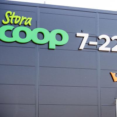Coopin nimikyltti myymälän seinässä.