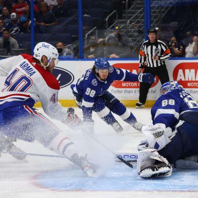 Montreals Joel Armia försöker få in pucken bakom storspelande Andrej Vasilevskij.