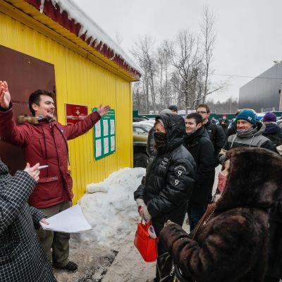 Pidätettyjen omaiset odottavat vuoroaan päästä viemään ruokaa ja muita tarvikkeita sisään pidätyskeskuksessa Moskovan liepeillä.
