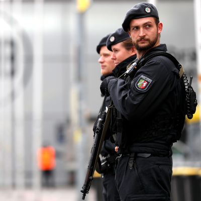Poliser utanför Dortmunds stadion