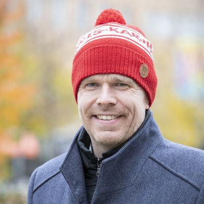 Markus Hirvonen ruskaisessa puistossa.
