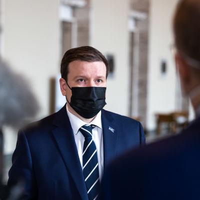 Ville Tavio i munskydd i riksdagen.
