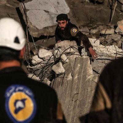 Sadat Syyrian siviilipuolustusjärjestön vapaaehtoiset eli valkokypärät pääsivät pakenemaan Jordaniaan