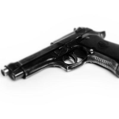En pistol.