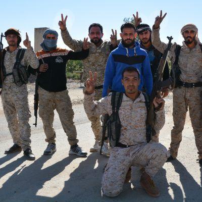 SDF-soldater jublar över sina segrar i östra Syrien där IS håller på att trängas tillbaka mot den irakiska gränsen