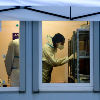 Koronatestipaikalla testaajia Berliinissä