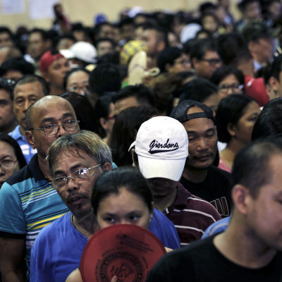 Väljare står i kö i vallokal i Makati, söder om Filippinernas huvudstad Manila