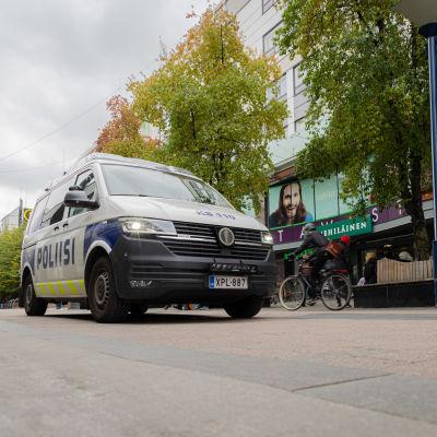 Poliisiauto partioi Jyväskylän keskustassa.