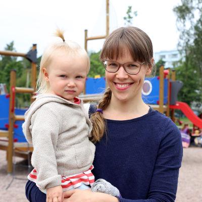 Reetta Lauretsalo tyttärensä Toven kanssa päiväkodin pihalla