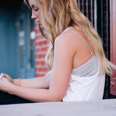 flicka använder smarttelefon