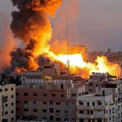Eld och rök ovanom byggnader i Gaza.