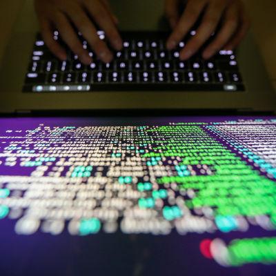 Programmerar i Taiwan visar dekrypterad källkod.
