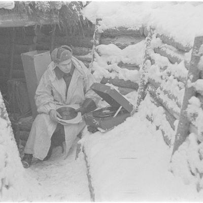 Soldat spelar grammofonskivor vid en korsu vid fronten vid Kuhmo under vinterkiget