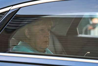 Angela Merkel på väg till kristdemokraternas högkvarter i Berlin.