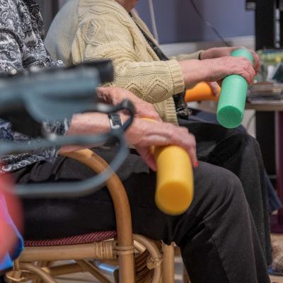 Vanhusten tuolijumppaa.