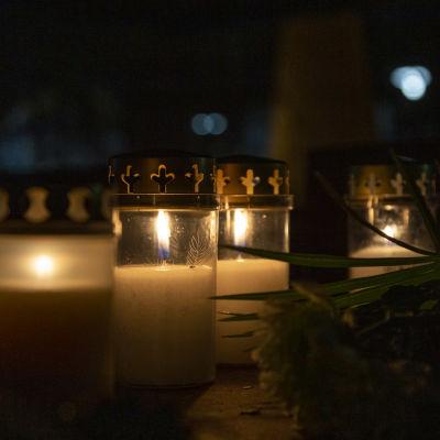 Kynttilöitä 16-vuotiaan pojan murhapaikalla Helsingin Koskelassa 9.12.2020.