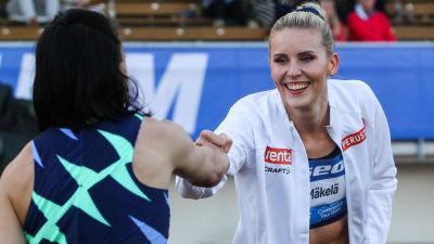 Kristiina Mäkelä och Senni Salminen hälsar på varandra.
