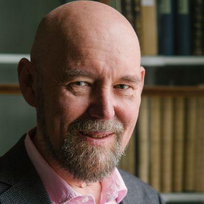 Avaruustähtitieteen emeritusprofessori Esko Valtaoja