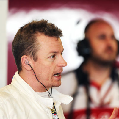 Kimi Räikkönen talar med Saubers personal.